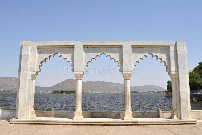 Lac Anasagar avec la porte de marbre blanche, Ajmer image libre de droits