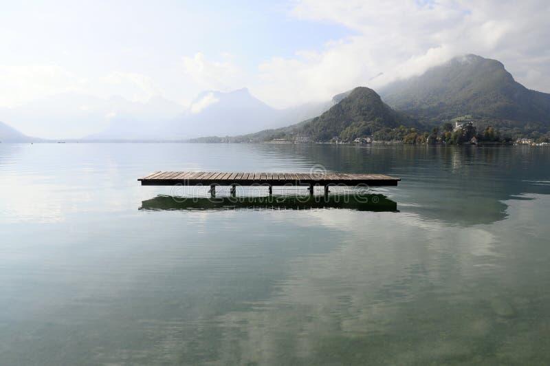 Lac annecy chez Talloires, France photos stock