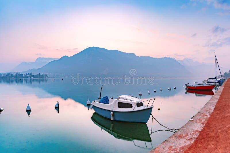 Lac annecy et montagnes d'Alpes, Frances photo libre de droits