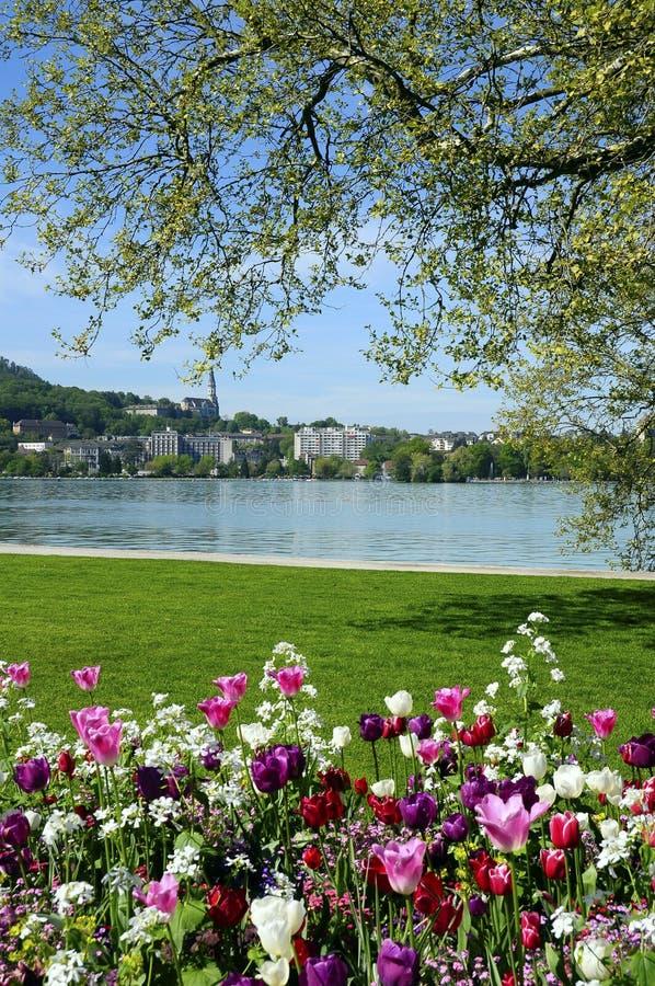 Lac annecy, fleurs et ville, Savoie, France photo stock