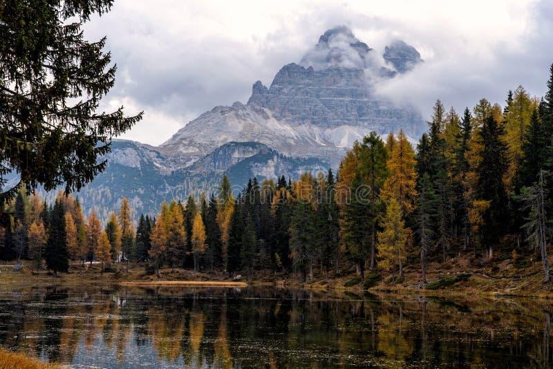 Lac Antorno avec la crête de montagne célèbre de dolomites de Tre Cime di Lavaredo photo stock