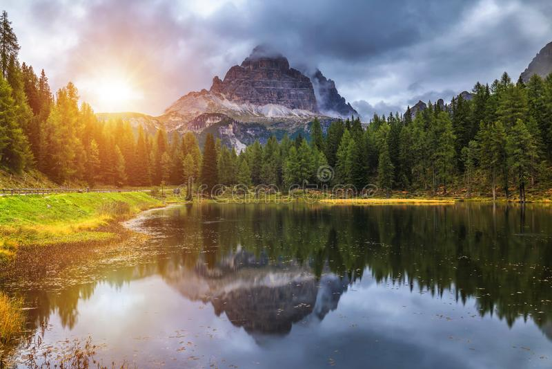 Lac Antorno avec le moun célèbre de Tre Cime di Lavaredo (Drei Zinnen) image stock