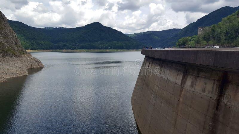 Lac artificiel et barrage Vidraru sur la rivière d'Arges en Transylvanie, Roumanie image stock