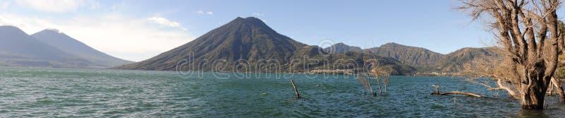 Lac Atitlan avec le volcan San Pedro images stock