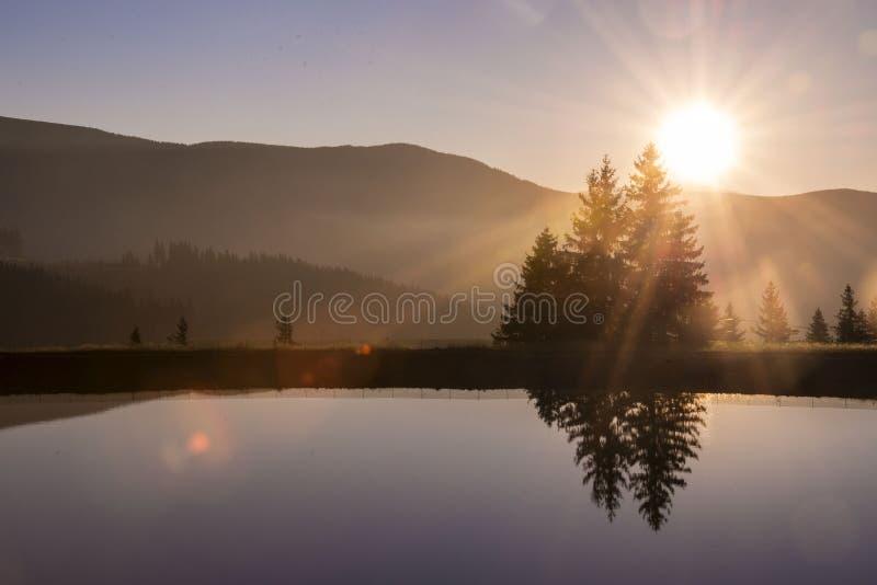 Lac au coucher du soleil image libre de droits
