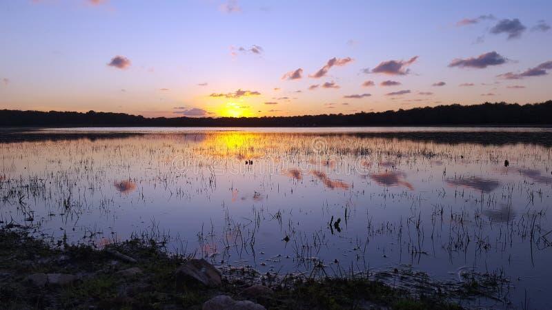 Lac au coucher du soleil-crépuscule image stock