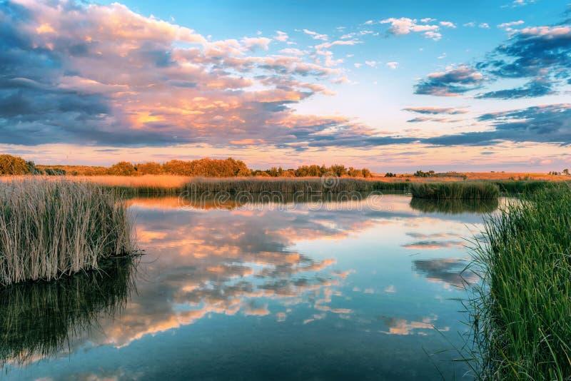 Lac au coucher du soleil en parc national Tablas De Daimiel Ciudad r?el l'espagne image libre de droits