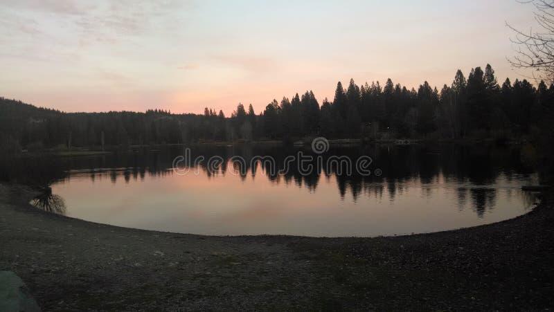 Lac au crépuscule photos stock