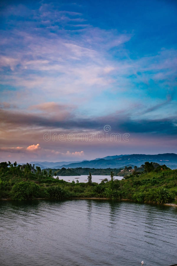 lac au-dessus de coucher du soleil photographie stock