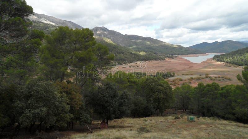 Lac au milieu des montagnes photo stock
