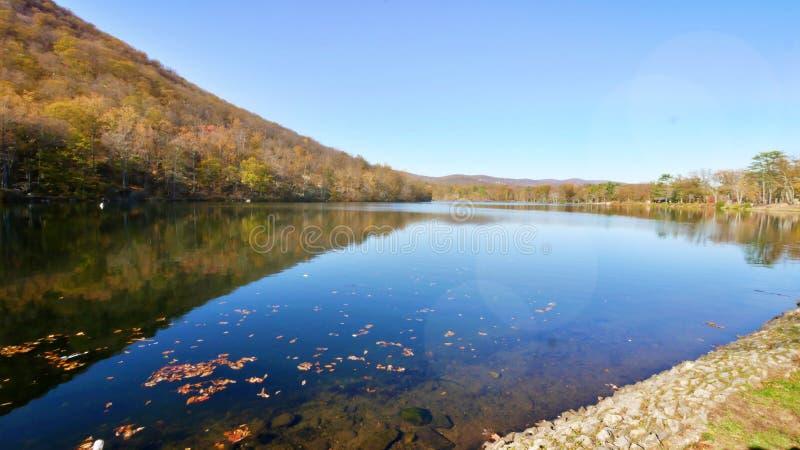 Lac au pied de la montagne de Big Bear en automne, réflexion images stock