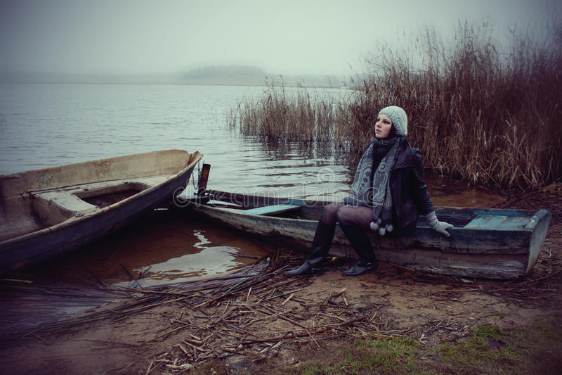 Lac autumn et un femme image stock