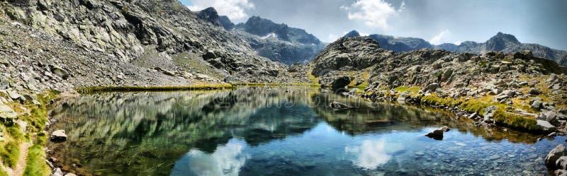 Lac aux montagnes photographie stock