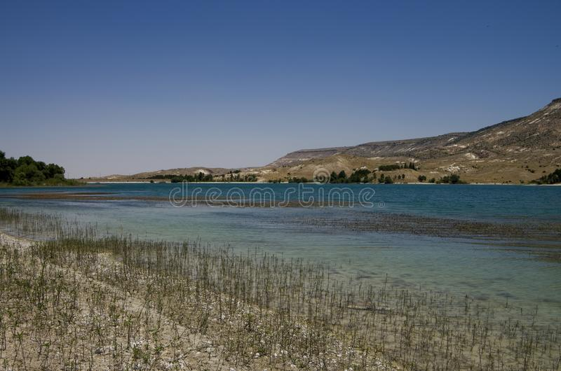 Lac avec de l'eau bleu-clair dans la vallée du sud de Cappadocia image stock