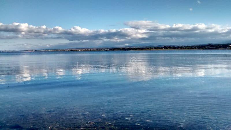 Lac avec de l'eau clair photos stock