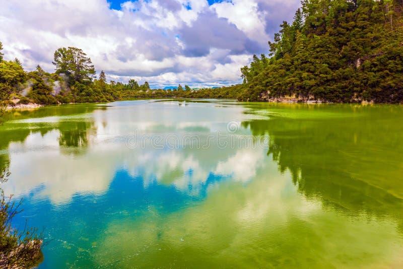 Lac avec de l'eau opaque coloré photo libre de droits