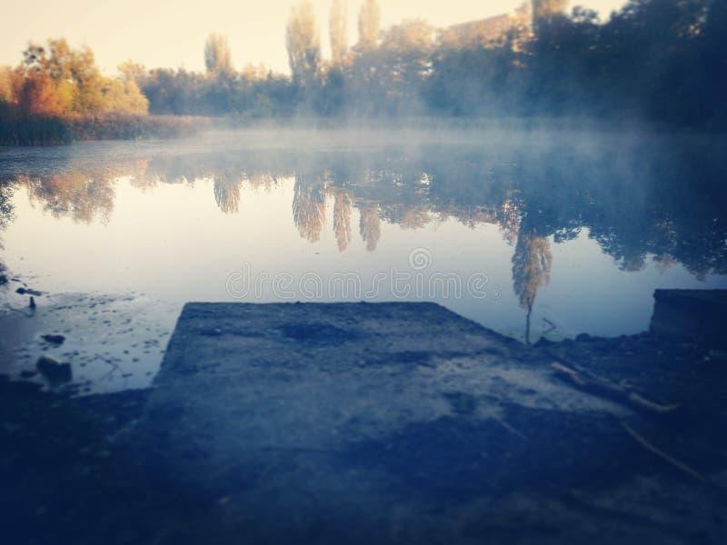 Lac avec de la fumée images stock