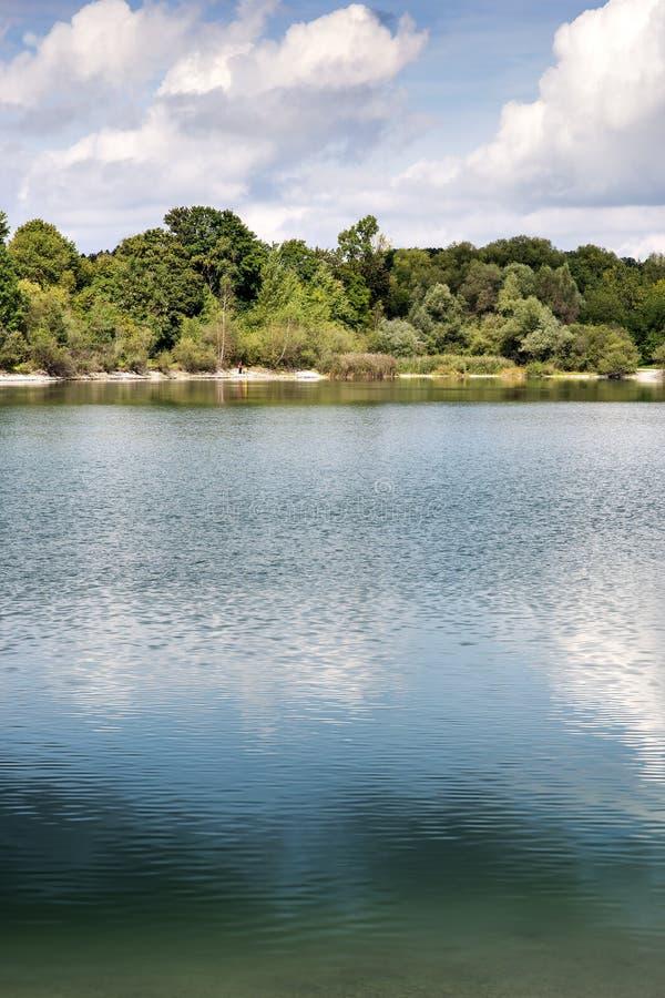 Lac avec des arbres en Bavière photographie stock libre de droits