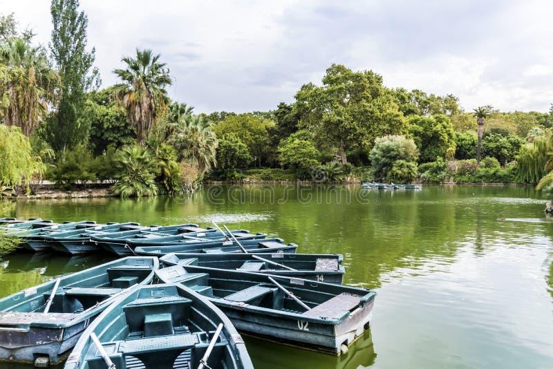 Lac avec des bateaux de rangée chez Parc de la Ciutadella photographie stock