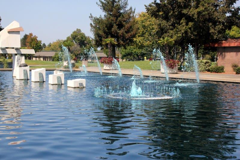 Lac avec des fontaines et des oiseaux aquatiques, parc d'héritage, Synnyvale, la Californie image libre de droits