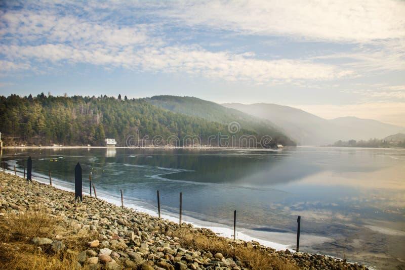 Lac avec des montagnes photo libre de droits