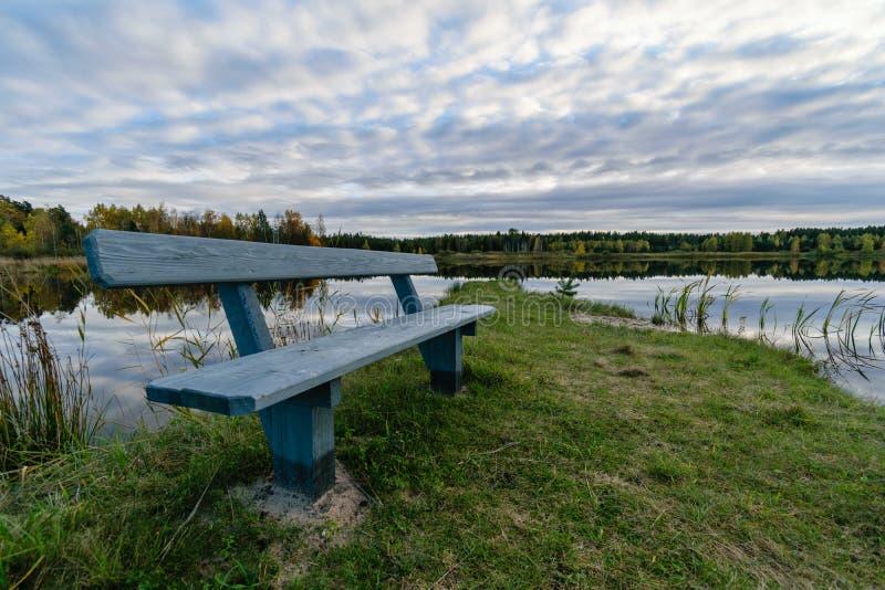 lac avec des réflexions de l'eau dans le jour coloré d'automne image stock