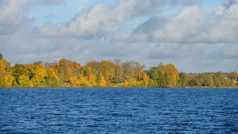 lac avec des réflexions de l'eau dans le jour coloré d'automne photo stock