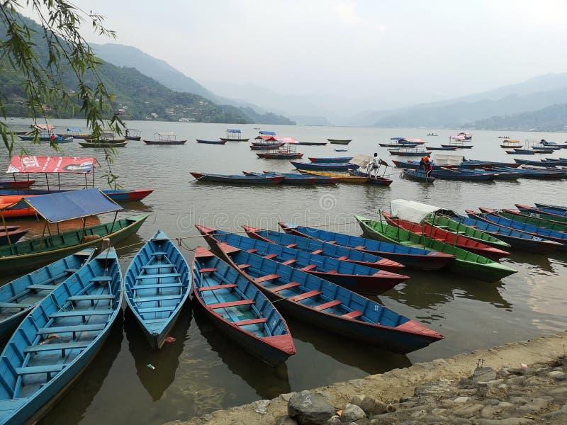Lac avec kayaks à Pokahara Nepal images stock