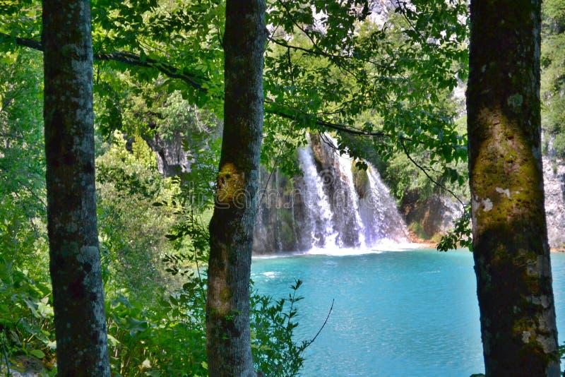 Lac avec l'eau et les cascades de couleur azur lumineuses photographie stock