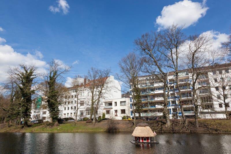 Lac avec la maison de canard à Brême photo stock