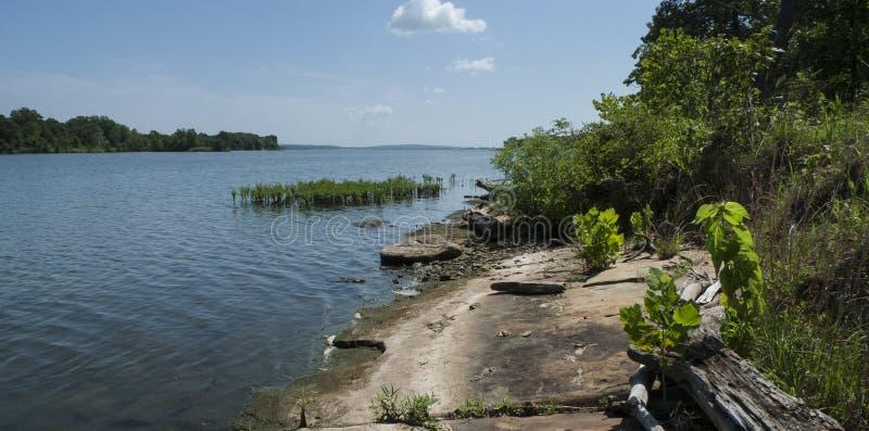 Lac avec le rivage rocheux à l'Oklahoma photographie stock