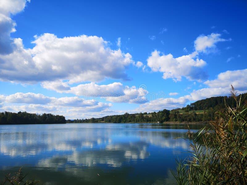 Lac avec les vêtements l images libres de droits