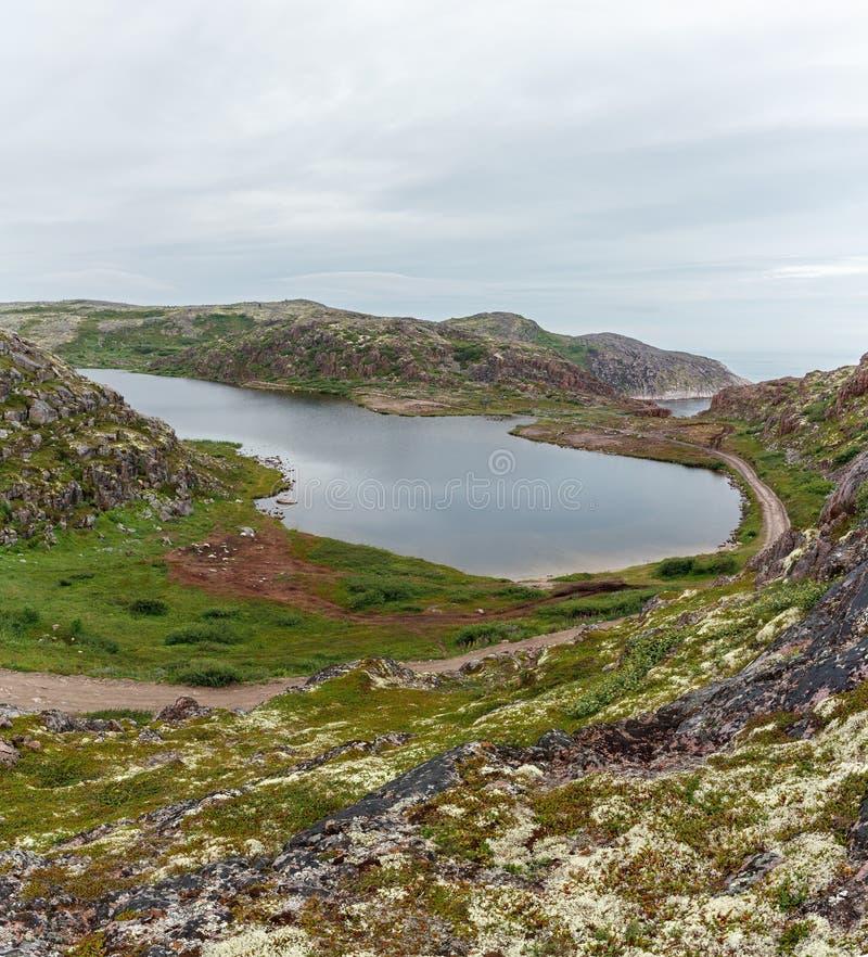 Lac avec propre, eau douce sur le rivage de la mer de Barents photo stock