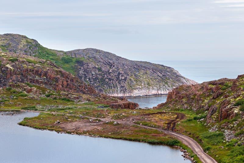 Lac avec propre, eau douce sur le rivage de la mer de Barents photo libre de droits