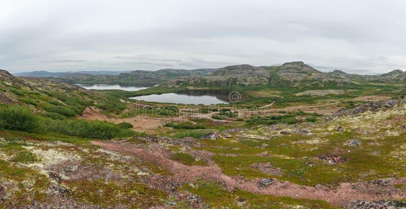 Lac avec propre, eau douce sur le rivage de la mer de Barents knock-out photos libres de droits
