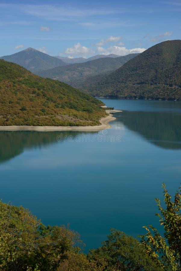 Lac azuré entouré avec les montagnes vertes photographie stock