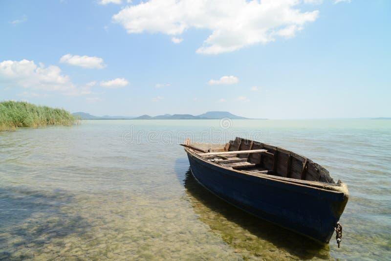 Lac Balaton avec le bateau photographie stock libre de droits
