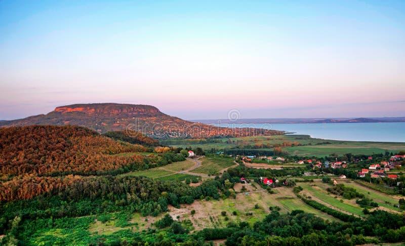 Lac Balaton dans le coucher du soleil, Hongrie images libres de droits