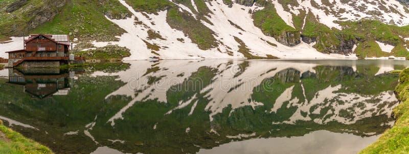 Lac Balea en montagne de Fagaras photographie stock libre de droits