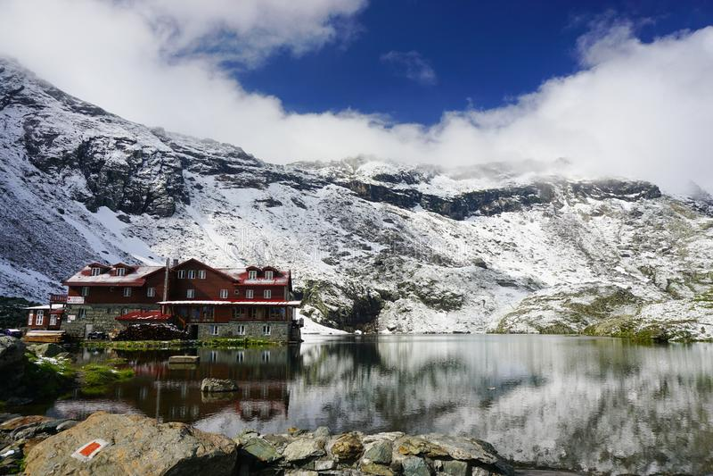 Lac Balea en montagnes de Fagaras, Roumanie images libres de droits
