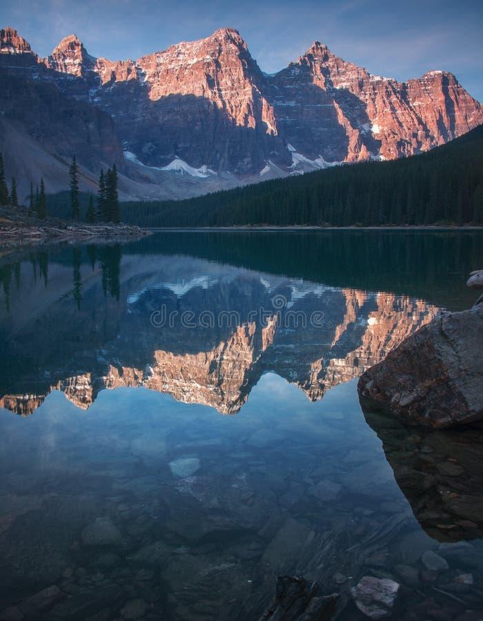 Lac Banff Alberta moraine images stock