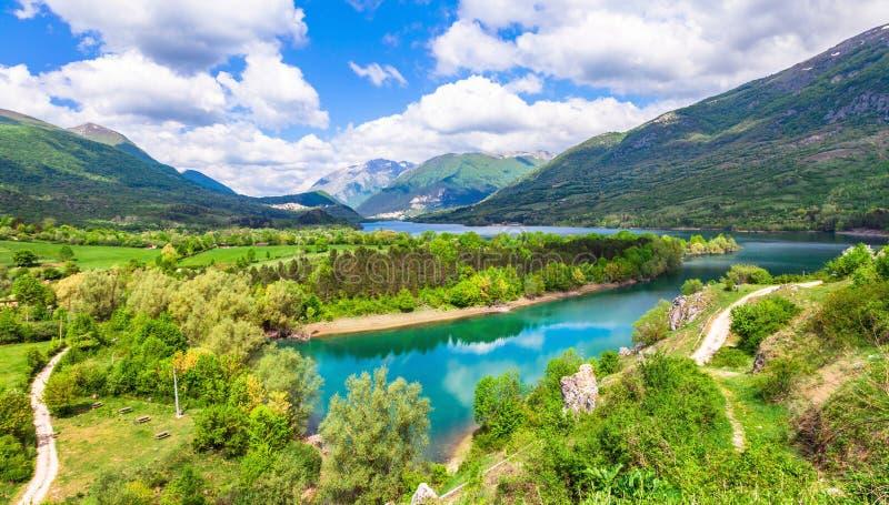 lac Barrea en l'Abruzzo, Italie photos stock