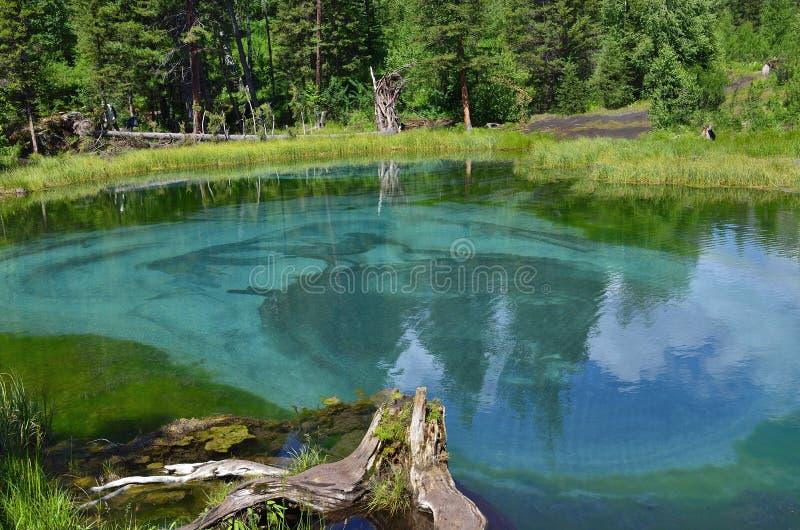 Lac bleu étonnant de geyser dans les montagnes d'Altai, Russie photographie stock libre de droits
