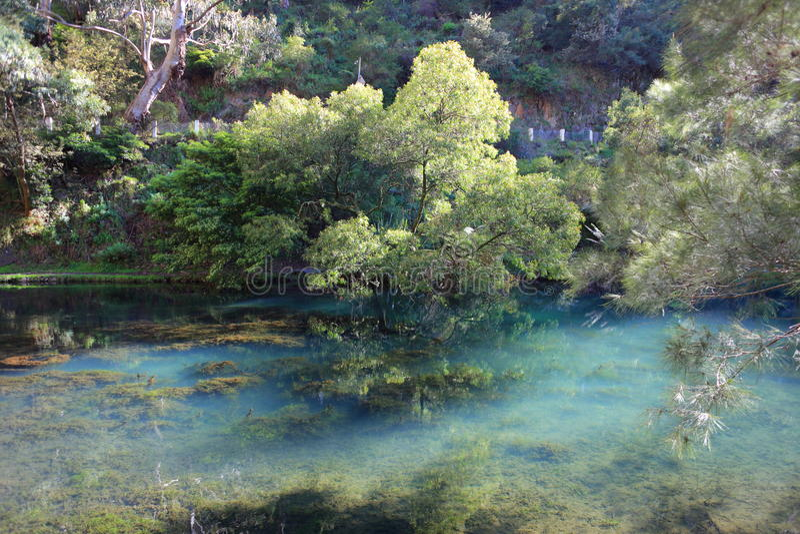 Lac bleu clair aux cavernes de Jenolan images libres de droits