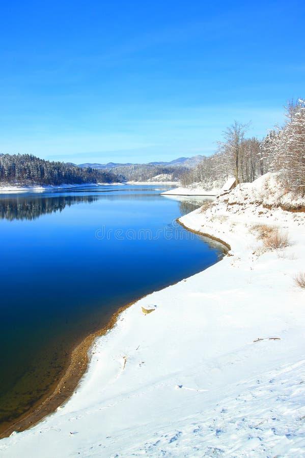 Lac bleu couvert de neige, Gorski katar, Croatie photo libre de droits