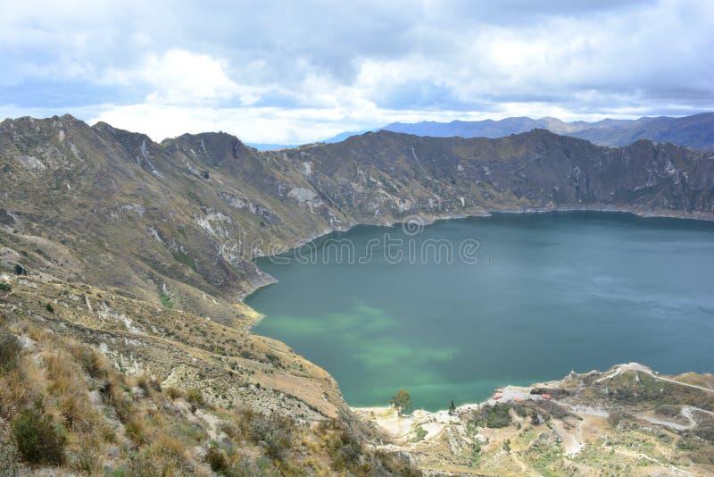 Lac bleu dans le cratère du volcan de Quilotoa, Equateur images libres de droits