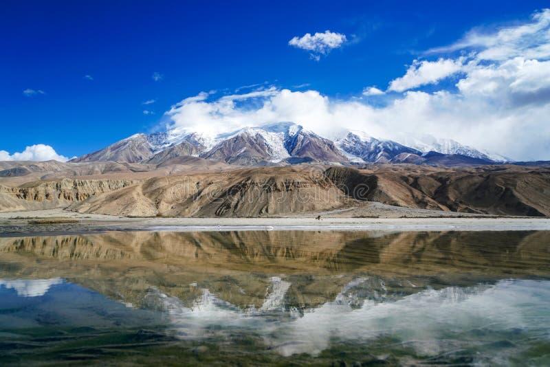 Lac bleu, montagne de neige, nuages blancs, ciel bleu photo stock
