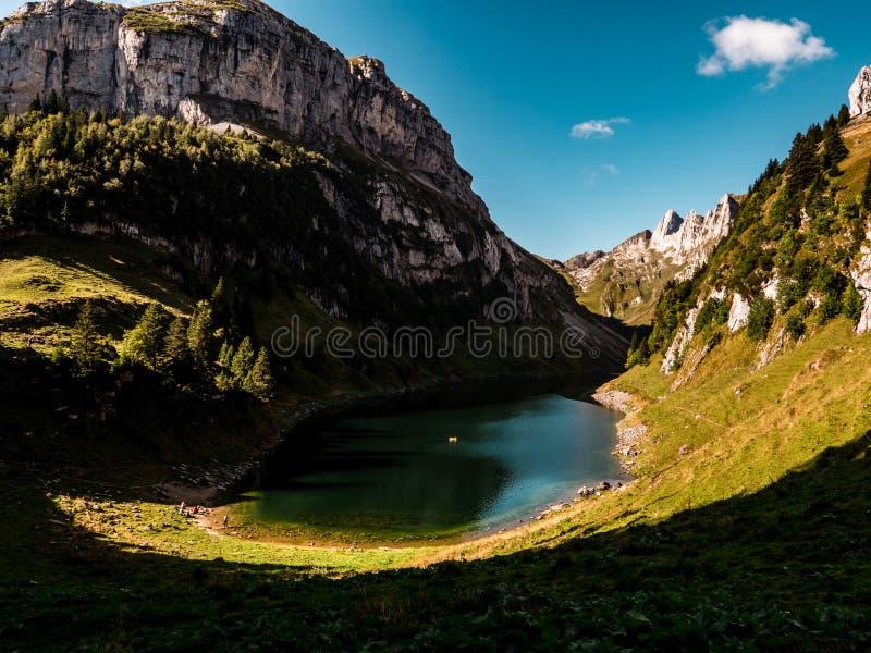 Lac bleu profond de montagne dans les alpes suisses, Suisse images libres de droits