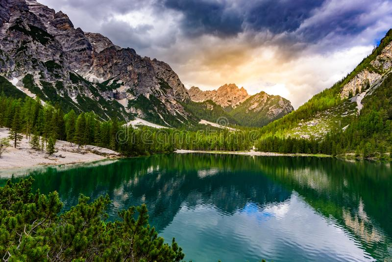 Lac Braies également connu sous le nom de Pragser Wildsee dans le beau paysage de montagne Sun et paysage de nuage au temps de co photographie stock libre de droits