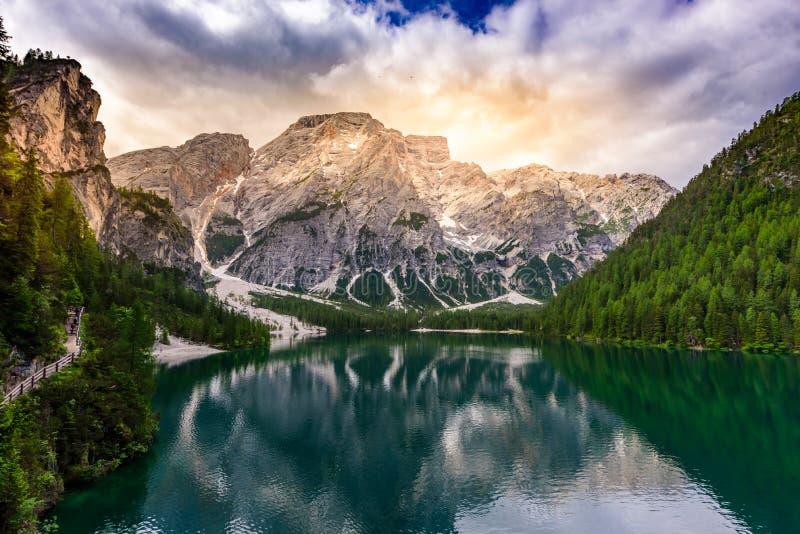 Lac Braies également connu sous le nom de Pragser Wildsee dans le beau paysage de montagne Sun et paysage de nuage au temps de co photos stock